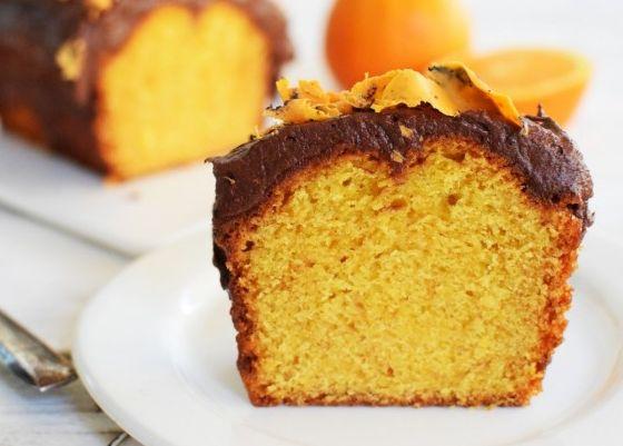 Υγρό κέικ πορτοκαλιού με γιαούρτι και γλάσο σοκολάτας