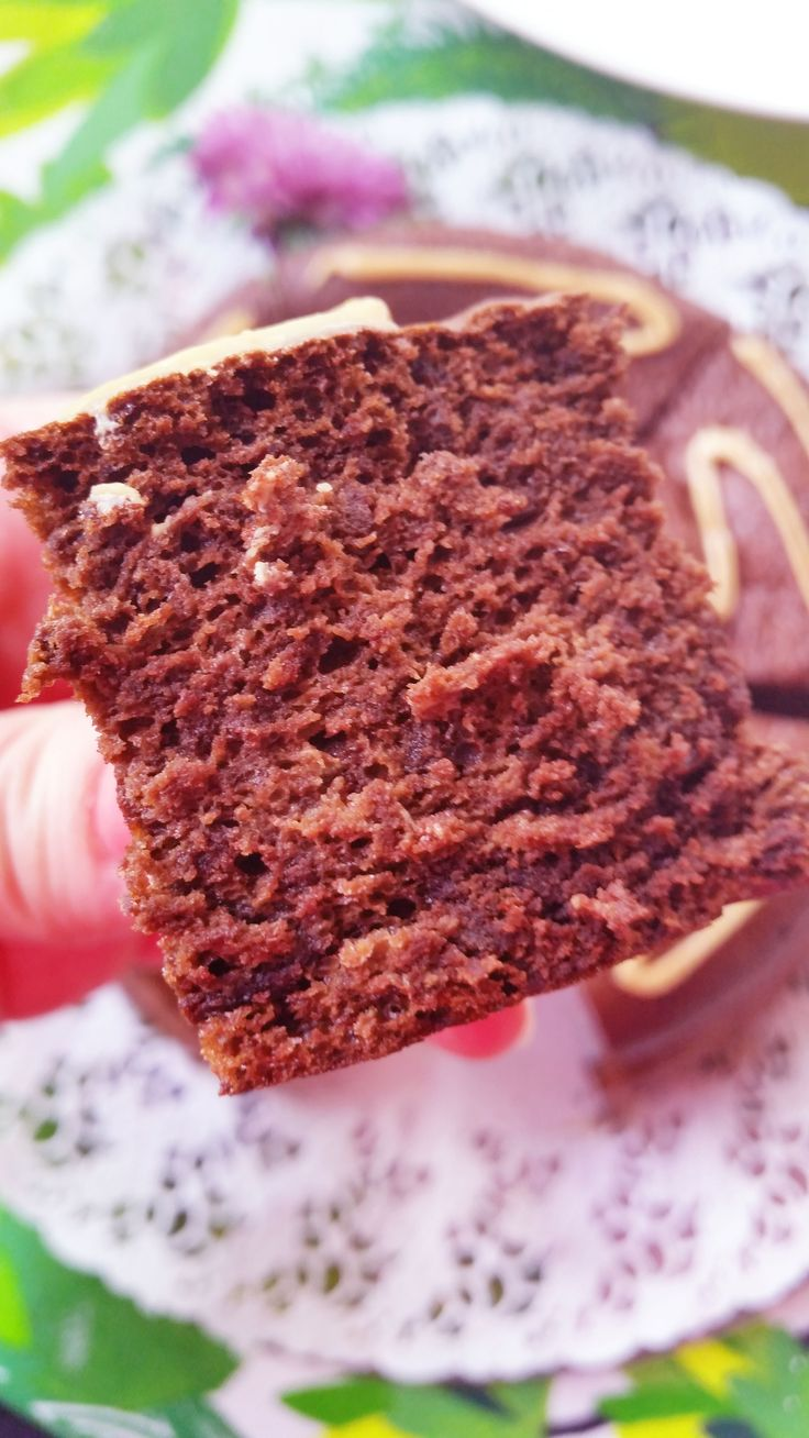 Saisiko olla pala täyteläistä suklaakakkua? Tämä kakku on täysin jauhoton, mutta täyteläisestä mausta sitä ei huomaa! Valkoinen sokeri on myös korvattu kookospalmusokerilla ja suklaanmakua tuo raakakaakaojauhe. Ainesosaluettelo on erittäin lyhyt: vain 5 ainetta! Vaikka kakussa on 6 munaa ei kakku maistu munalta, tai hötöltä niin kuin monet paljon munaa sisältävät reseptit tahtovat tehdä. Valkoisen sokerin …