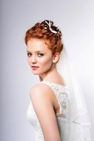 Kunstvoll geknotet, locker hochgesteckt oder vielleicht sogar eine offene Mähne: Wir zeigen euch Brautfrisuren mit Schleier für alle Bräute auf der Suche nach dem perfekten Look...