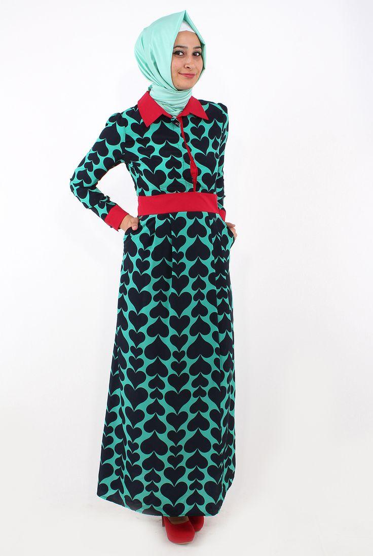 Yakası kemeri ve kol manşetleri aynı renk  olan elbisenin üzerinde birbirine geçmiş kalp desenleri mevcuttur. Tesettür giyim elbise modelleri arasında farklı deseni ile öne çıkan bu tesettür elbise modeli tesettür giyim standartlarına uygun olarak 140 cm de boyunda üretilmitir kumaşı %100 polyesterdir. Elbisenin astarı vardır.
