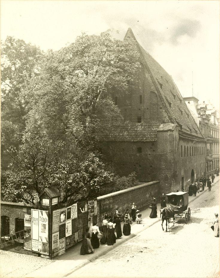Skrzyżowanie ulic Purkyniego i Janickiego. Widok w kierunku zachodnim. Zdjęcie przedstawia spichlerz na krótko przed wyburzeniem. Po rozbiórce wzniesiono w tym miejscu gmach Poczty Paczkowe.