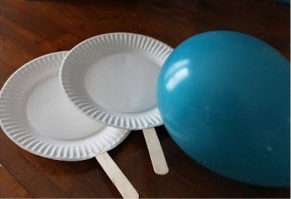 Устройте соревнование по теннису с помощью одноразовых тарелок, палочек от мороженого и воздушного шара.
