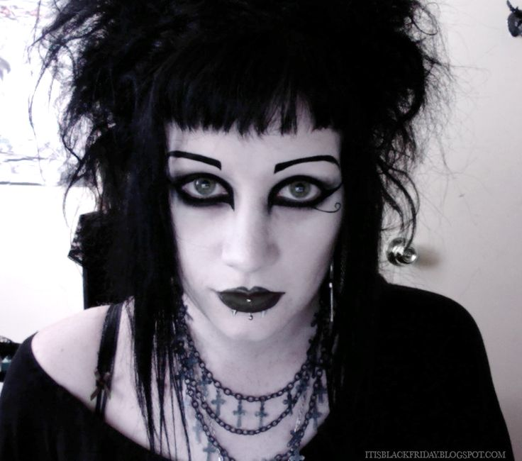 Stunning makeyp & hair on this pretty goth girl