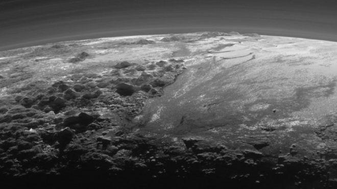 Novas imagens capturadas pela da sonda New Horizons, da Nasa, mostram uma névoa de baixa altitude em Plutão, evidência adicional da existência, no planeta-anão, de um fenômeno semelhante ao ciclo de água na Terra, mas envolvendo tipos exóticos de gelo, segundo cientistas.