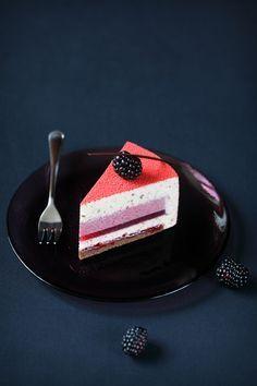 A receita em português está em baixo.   В этом торте солирует ежевика. Именно она задаёт основной вкус и выступает  сразу в трёх видах...