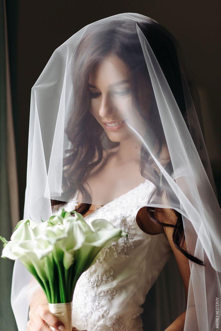 Элегантный образ невесты с букетом из белых калл