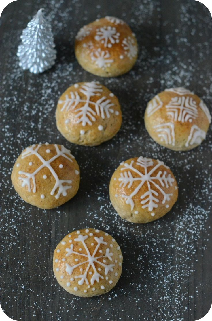 Petits Pains de Noël 250 g de farine - 15 cl de lait  - 1 cuillerée à café de mélange d'épices pour pain d'épices  - 10 g de levure boulangère fraîche - 20 g de sucre - 40 g de beurre mou - 1/2 cuillère à café de sel - 1 oeuf pour la dorure  Glaçage : - 200 g de sucre glace - Le jus d'un citron