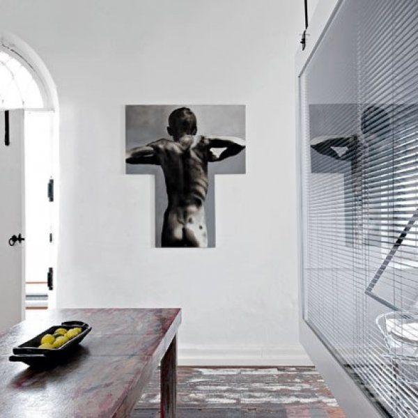 <p>Dans l'immense pièce centrale, séparée de la cuisine par un double par un double écran de verre, l'architecte a misé sur des détails décal...