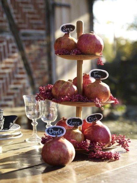 Granatäpfel schmecken nicht nur super und sind sehr gesund, sie eigenen sich auch noch als Dekomittel. Basteln Sie mit uns diese Platzkarten.