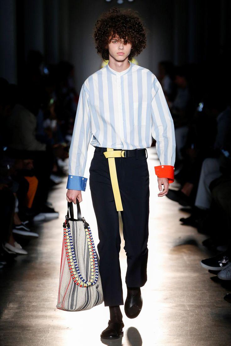 Guarda la sfilata di moda uomo Ports 1961 a Milano e scopri la collezione di abiti e accessori per la stagione Primavera Estate 2018.