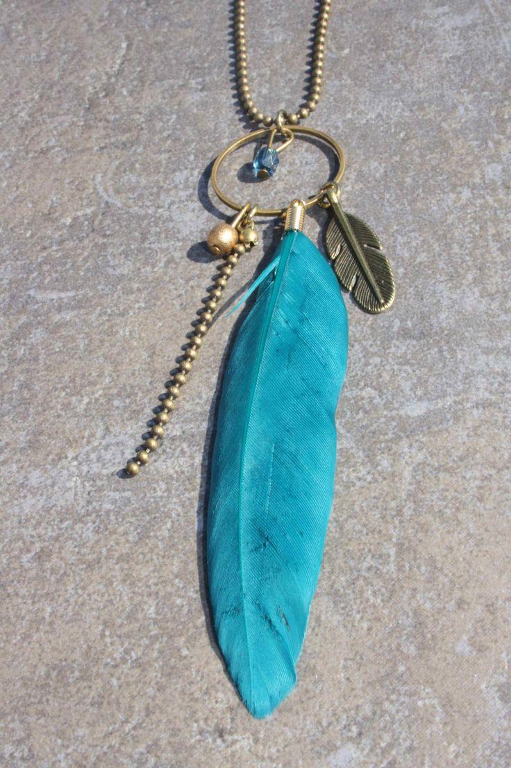 Sautoir chaine Bronze , perles et plume turquoise : Collier par 28avril