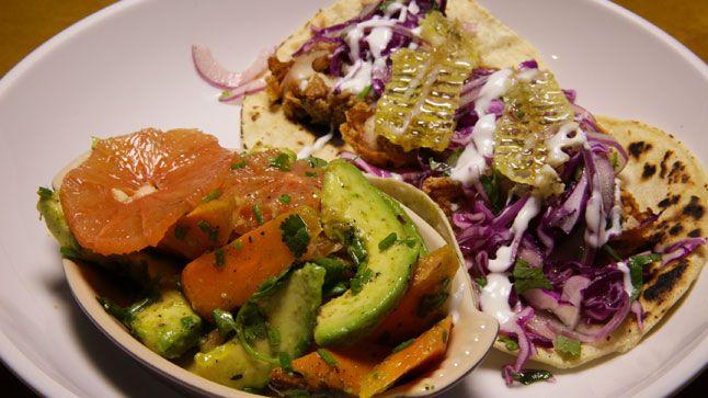 Tacos de poulet frit au chou rouge et miel, salade de carottes et pamplemousse