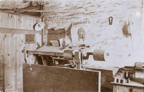 Interiør fra jernbanetoldkameret i Haderslev ca. 1920. Den store vægt ses i forgrunden.