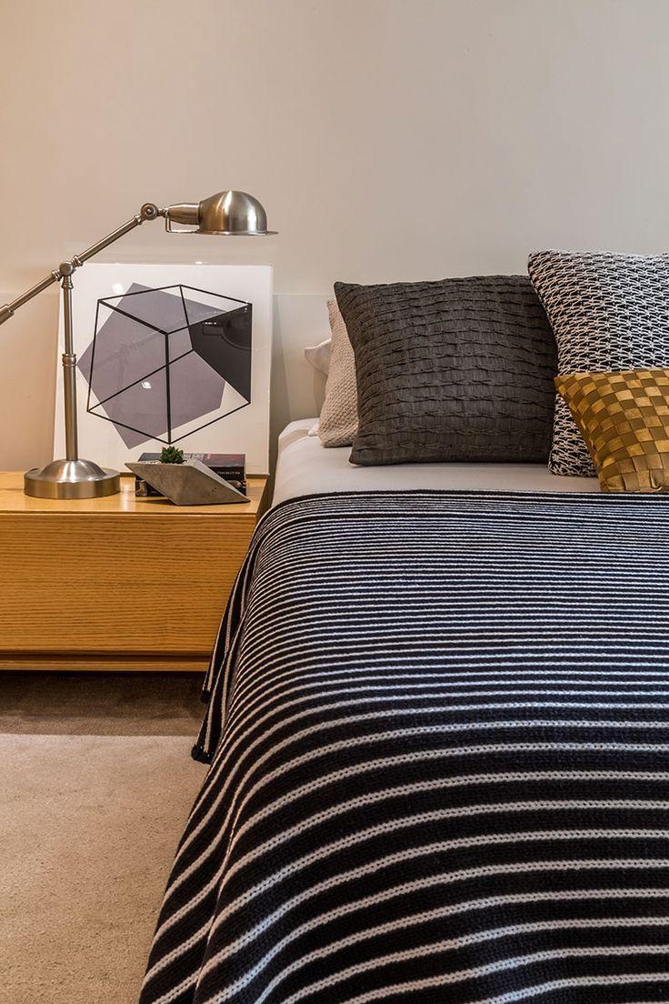 Decoração de apartamento, apartamento, apartamento masculino, apartamento com ambientes integrados. Quarto de casal, revestimento de madeira, iluminação indireta, plantas para decorar e tapete. Roupa de cama preto e branca.