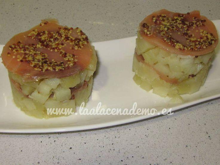 El timbal de patata con salmón y mostaza antigua puede servirse como entrante. Es muy fácil de preparar y el resultado es bastante bueno. Si tenéis invitados este fin de semana lo podéis probar....