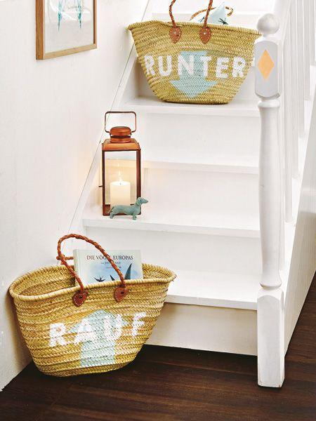 Rauf oder runter? Die Körbe auf der Treppe zeigen an, wohin ihr Inhalt soll. Einfach unter den Arm klemmen, mitnehmen – und keiner stolpert über vollgestellte Stufen.