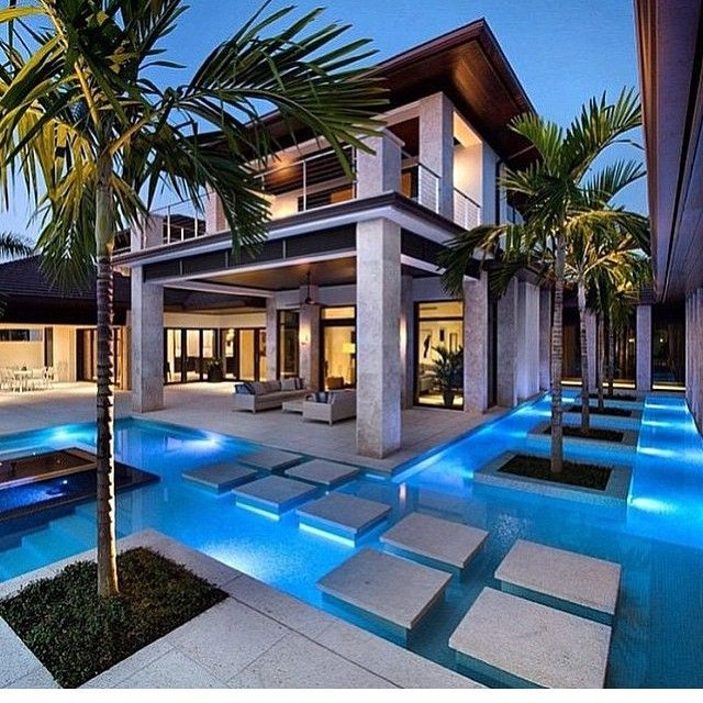 Mansion Houses With Pools: Modern House Surrounded By A Pool