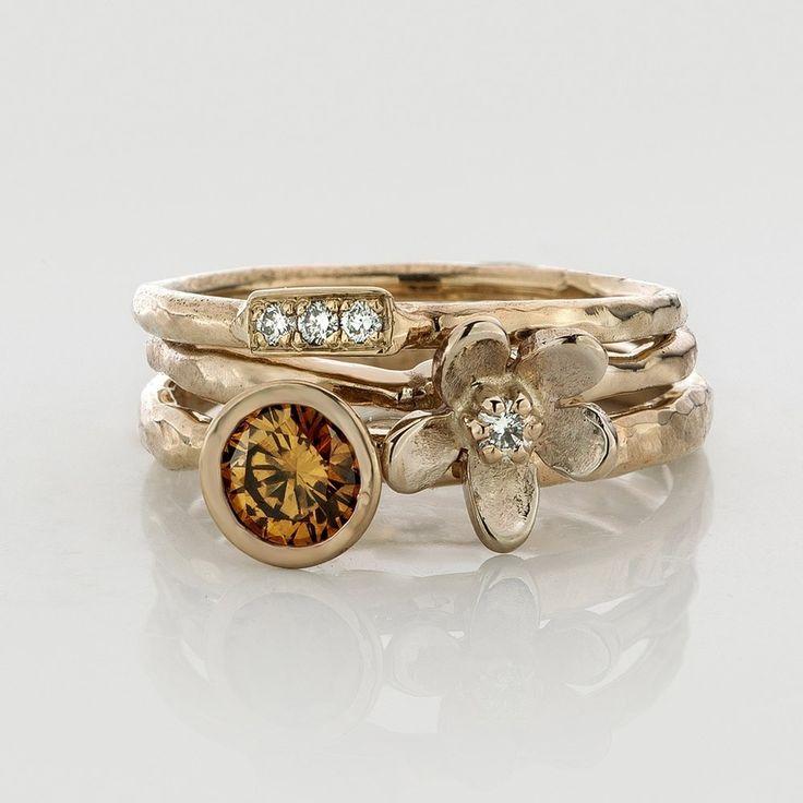 Emenel.  Drie handgemaakte witgouden ringen, te dragen als een geheel of apart. De cognac kleurige briljant is een half karaat groot.