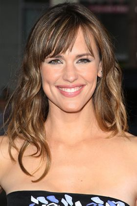 It's a bit trickier to create tousled hair that lasts in straight hair like Jennifer Garner's, so follow these steps...