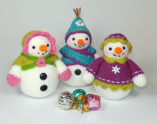 Moji-Moji Design's Flurry, Florrie and Flora amigurumi snow ladies!