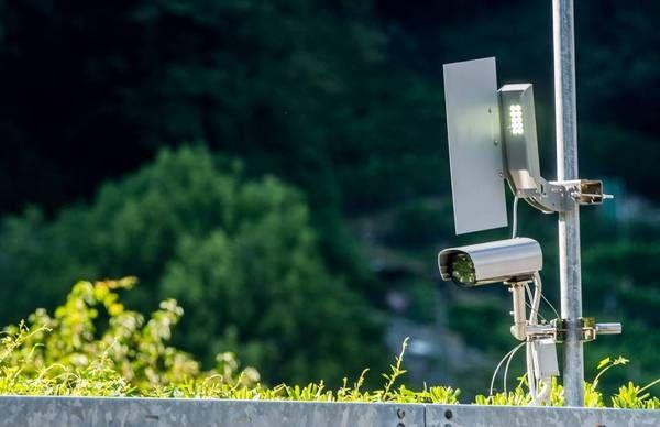 In Svizzera, precisamente nel Canton Ticino, è partita la sperimentazione di un nuovo sistema radar, pensato per evitare che gli automobilisti entrino in autostrada in contromano. L'iniziativa è partita dall'USTRA, l'Ufficio federale delle strade, che ha fatto installare i dispositivi all'altezza degli svincoli.
