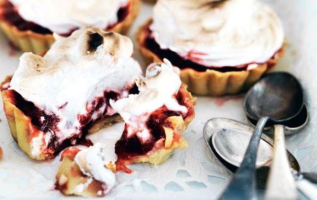 De smager himmelsk og er en perfekt lille kage på en sommerdag. Både tærtedej og jordbærkompot kan tilberedes i forvejen.