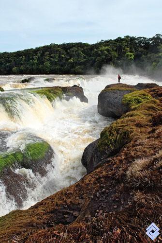 Catarata Jirijirimo en el río Apaporis, límite entre los departamentos de Vaupés y Amazonas, Colombia