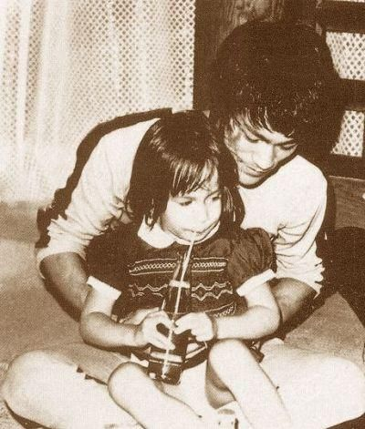 """On the set of """"Game of Death"""" Bruce Lee and his daughter Shannon"""
