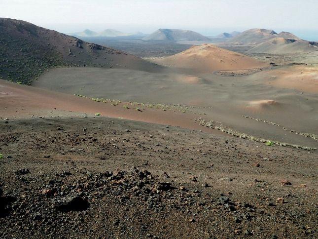 Lanzarote - A Kanári-szigetek hét nagy szigete közül a legészakibb és a legidősebb. Itt nem találunk képeslapszerű tengerpartokat, nincsenek bedőlő pálmafák, de a barna-fekete vulkanikus talaj, a különleges barlangok és tavak, meg az egységes stílusú, világítóan fehér házak rendkívüli atmoszférát teremtenek. Lanzarote...