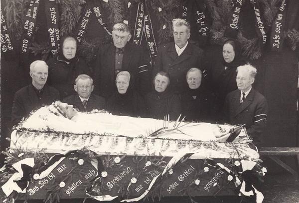 Живой похорон в свадебном платье