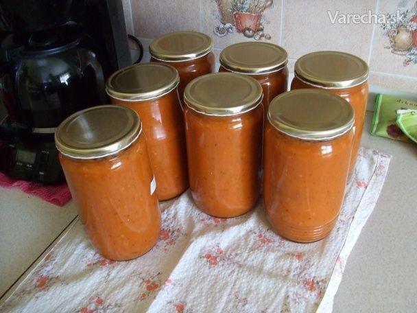 Velmi jednoduchý a rychlý základ z rajčat. Čas a úroda tlačí a tak jednoduše. Ovšem tohle nesmí být v dosahu mého švagra, protože to vypije a pak říká, že sklenice vysychají. Není to nic co by bylo na zlatou, ale je to rychlé a na spoustu věcí použitelné a odkoukané od stařenky. Já používám na špagety, do těstovin a také na langoše.