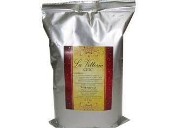Το Vittorio γλυκαίνει τις μέρες σας με την La Vittoria Σοκολάτα με άρωμα καραμέλας. Μοναδικό απολαυστικό μείγμα γεύσεων κρεμώδης σοκολάτα συνδιασμένη με απαλό αρωμα καραμέλας ένας συνδυασμός αισθήσεων που πολλαπλασιάζει την απόλαυση σε ένα μόνο φλυτζάνι. Σερβίρεται ζεστή ή κρύα.  Για περισσότερες πληροφορίες επικοινωνήστε μαζί μας:  Στο τηλέφωνο επικοινωνάς : 210-5448267 Στο email: info@vittorio.gr  www.vittorio.gr
