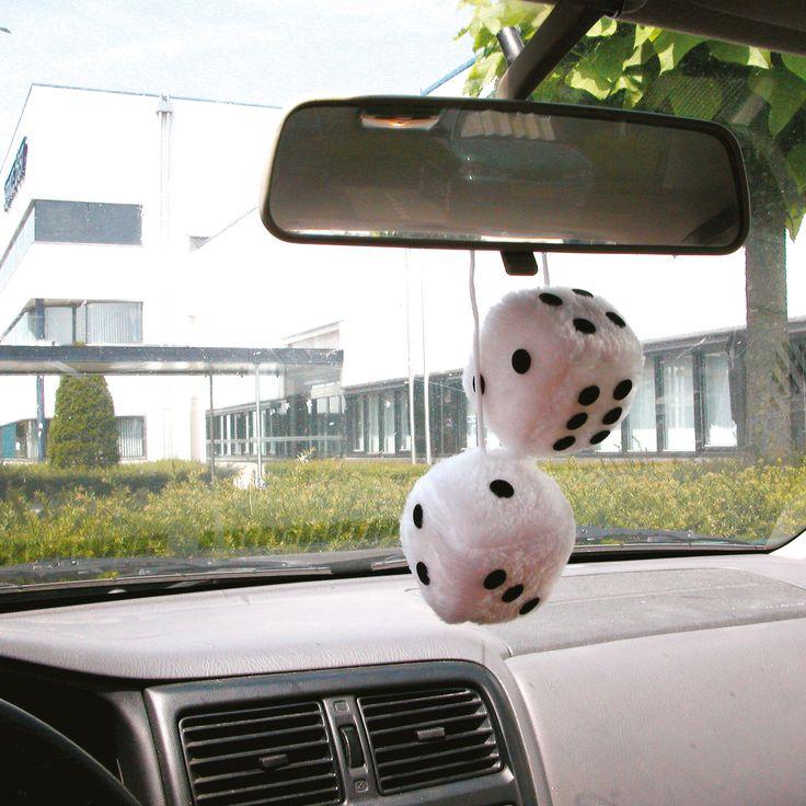 Carpoint Dobbelstenen wit  Description: Versier je auto met deze zachte Carpoint dobbelstenen. De witte dobbelstenen hang je eenvoudig aan de achteruitkijkspiegel in de auto.  Price: 5.49  Meer informatie