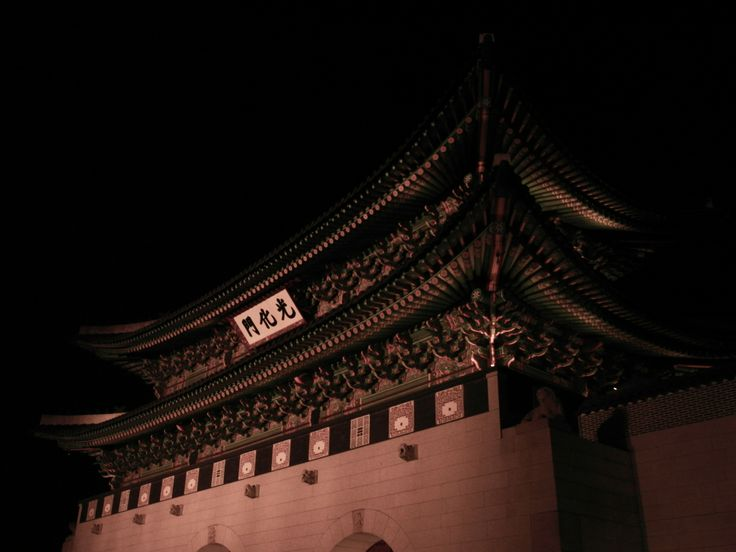 경복궁 광화문 [Gwanghwamun, 景福宮光化門]  is the main and largest gate of Gyeongbokgung Palace, in Jongno-gu, Seoul, South Korea. It is located at a three-way intersection at the northern end of Sejongno. As a landmark and symbol of Seoul's long history as the capital city during the Joseon Dynasty, the gate has gone through multiple periods of destruction and disrepair. #seoul #korea