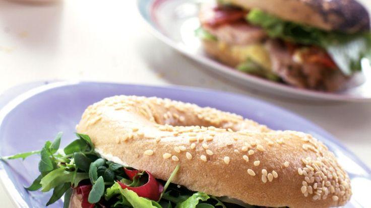 In 10 Minuten fertig: Vegetarischer Bagel | http://eatsmarter.de/rezepte/vegetarischer-bagel