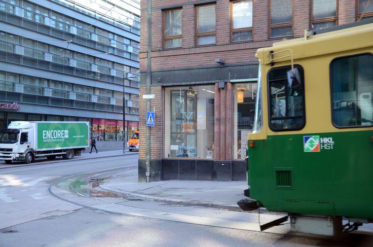 Paljon julkista liikennettä ja jalankulkijoita ohittaa tilan päivittäin.