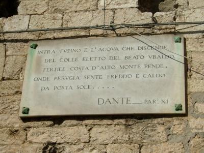 """""""Ma è doveroso parlare del  «centro». Che del resto è splendido in Perugia. Per chi discende da Porta Sole (splendido panorama, un poco rozzo dunque stranamente contrastante con gli altri. E qui c'è Dante: «onde Perugia sente freddo e caldo / da Porta Sole») e arriva al fianco del Duomo la strada è davvero bella (...)"""""""