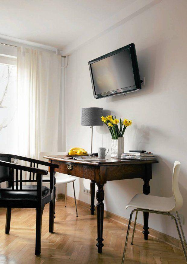 MIESZKANIE. Zgrabny stolik z połowy XIX wieku nie jest duży, ale mogą przy nim usiąść nawet cztery osoby. Konsekwentnie łącząc style,...