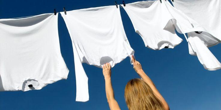 Gele zweetplekken in de oksels van witte shirts: hoe kom je eraan? En vooral: hoe kom je éraf? Met deze handige tips laat je die gele vlekken verdwijnen als sneeuw voor de zon!