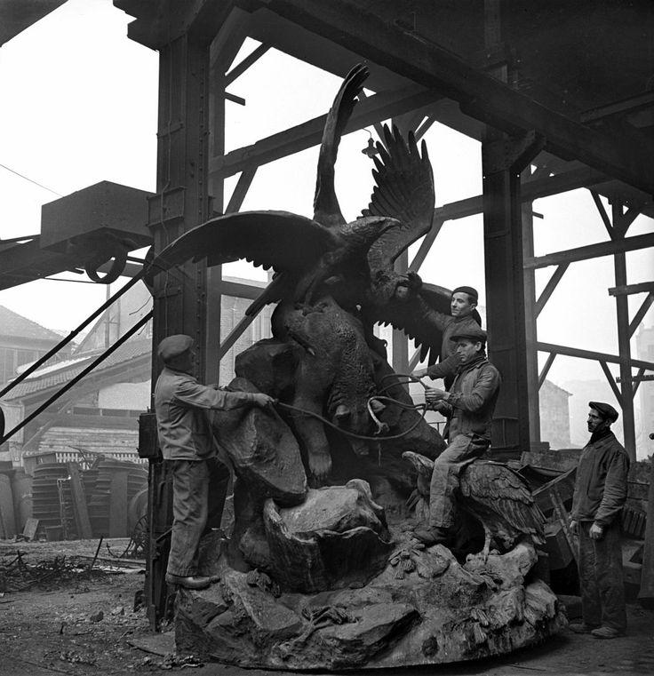Destruction des statues de Paris pour récupérer les métaux. L'ours, le vautour et l'aigle, fontaine du Square Montholon, détruites en 1941. Photo de Pierre Jahan.