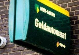 30-Mar-2013 12:17 - CRIMINELEN BLAZEN PINAUTOMAAT OP. In Nieuwegein is vanochtend een geldautomaat opgeblazen. Onbekenden hebben een geldbedrag meegenomen, zegt de politie. Een gestolen auto die bij de plofkraak is gebruikt, is in brand gestoken. Vanwege ontploffingsgevaar is de omgeving korte tijd afgezet geweest. De politie is op zoek naar vier verdachten die na de kraak wegreden op scooters. De geldautomaat van ABN Amro aan de Poststede liep veel schade op.