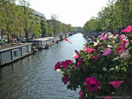 Imagínate quedarte dormido al son del agua del canal rompiendo suavemente en una de las ciudades más vibrantes de Europa #Amsterdam
