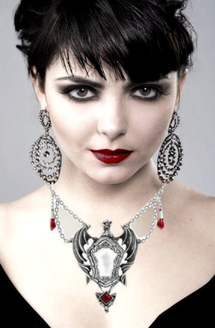 gothic meisje met alchemy ketting 3.jpg