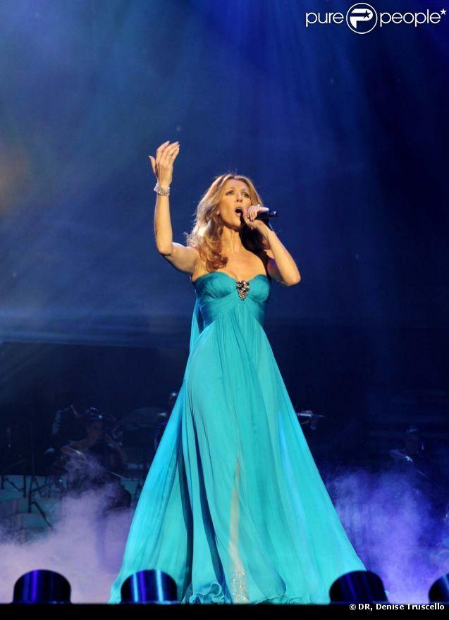 Céline Dion en Atelier Versace sur la scène du Ceasars Palace à Las Vegas, le 15 mars 2011.