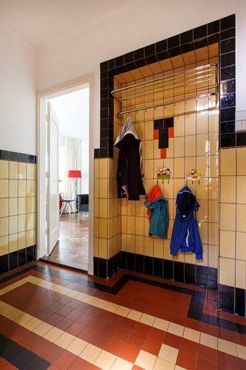 Dat is nog eens een binnenkomer! Heel klassiek en opvallend. Een ontwerp dat ook mét een heleboel opgehangen jassen overeind blijft. Ik zou de combinatie met een granito vloer veel mooier vinden, dit maakt onnodig druk. Hulp nodig of meer ideeën zien? http://bureaubinnenshuis.nl/particulieren/inspiratie/