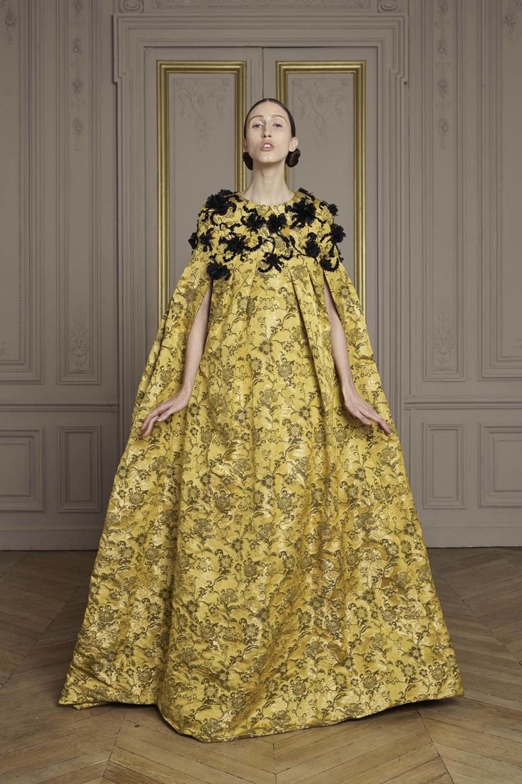 See the complete Giles Fall 2016 Couture collection.