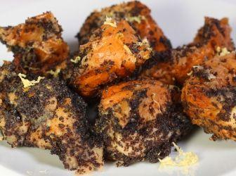 Mákos guba recept: Még a századforduló utáni első évtizedekben abban a hiszemben sütöttek gubát karácsonyra, hogy a sokszemű mák sok szerencsét, sok pénzt hoz az új esztendőben. Ma már egész évben készítjük ezt az isteni magyar desszertet. http://aprosef.hu/makos_guba