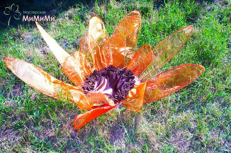 Большой цветок на каркасе