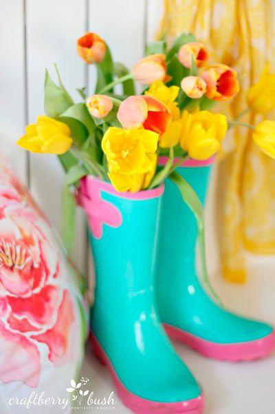 Idea original para utilizar unas botas de lluvia como - Como decorar jarrones ...
