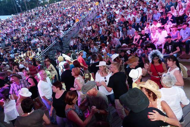 Mrągowo: Trwa Piknik Country 2013! Międzynarodowi i rodzimi artyści muzyki country wypełniają swoją muzyką mrągowski amfiteatr. W mieście nad Czosem trwa Piknik Country!  Przeczytaj cały tekst: Trwa Piknik Country 2013! - Piknik Country http://piknik.mragowo.wm.pl/165447,Trwa-Piknik-Country-2013.html#ixzz2aNBqN85S